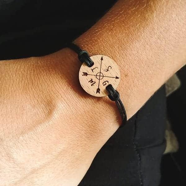 bracelet-en-bois-lettrage-initiales
