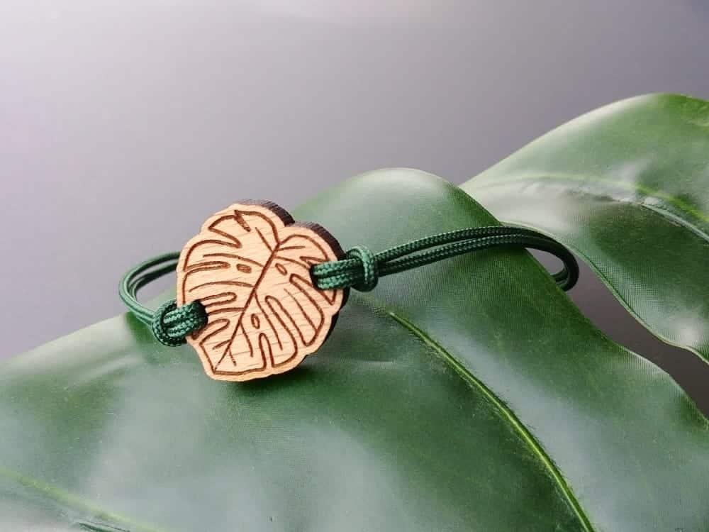 Bracelet en bois suisse en forme de feuille tropicale