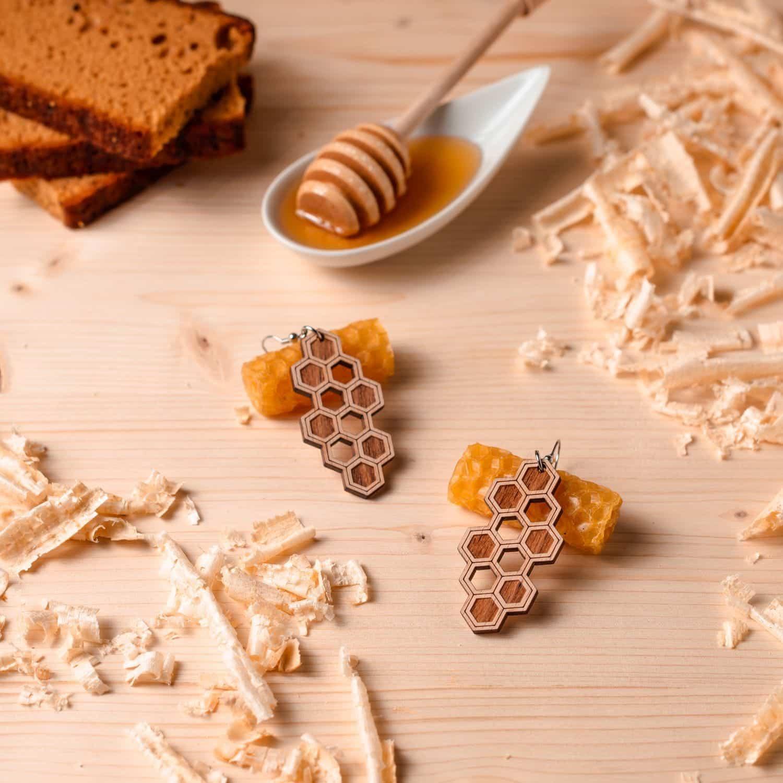 Boucles d'oreilles en bois Abee inspirées des abeilles et de l'apiculture