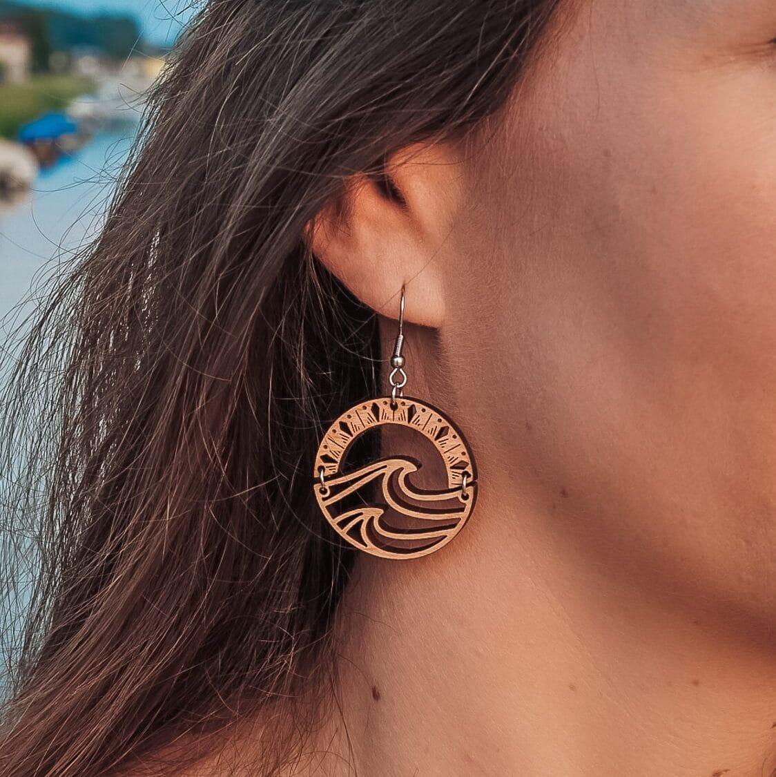 Boucles d'oreilles en bois Vag avec motifs ethniques et dessin de vague