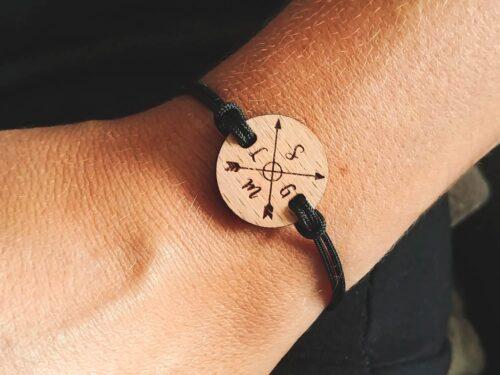 Bracelet personnalisé en bois avec initiales