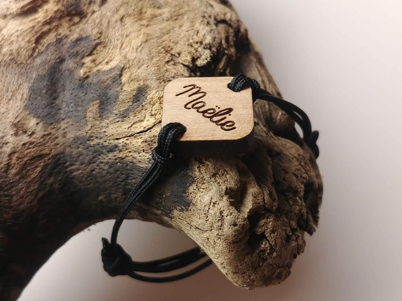 Bracelet en bois personnalisé avec un prénom