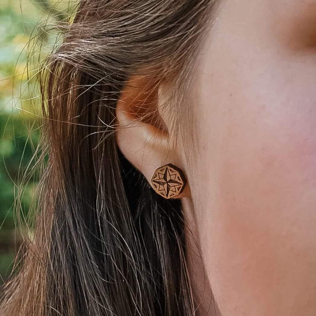 Clous d'oreilles en bois Nomad rose des vents