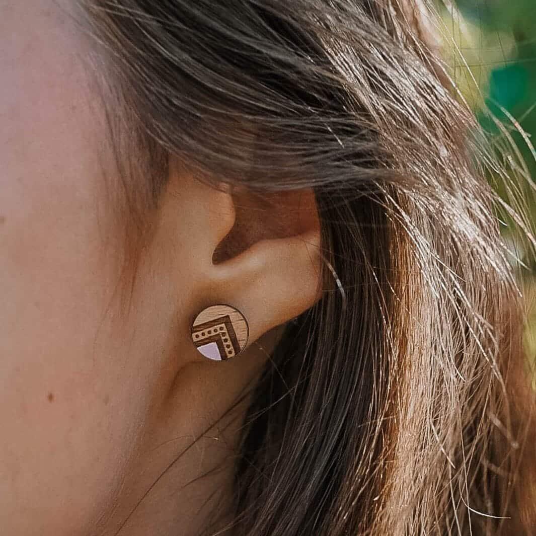 clous d'oreilles en bois Indyana peints à l'acrylique