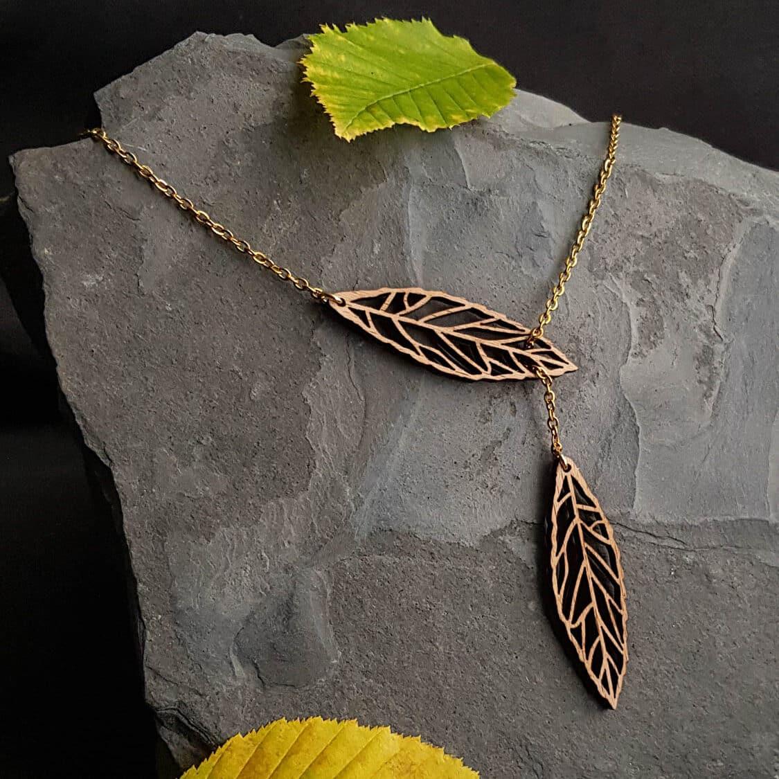 Collier en bois en forme de feuilles automnales