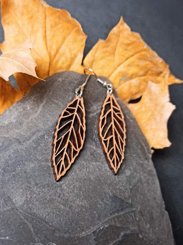 Boucles d'oreilles en bois suisse en forme de feuille