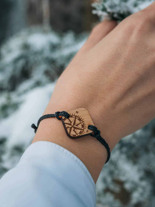 Bracelet en bois Travl sur le thème voyage et rose des vents