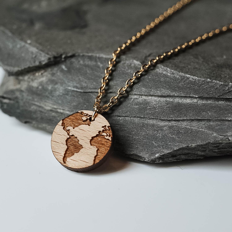 collier en bois en forme de planète terre