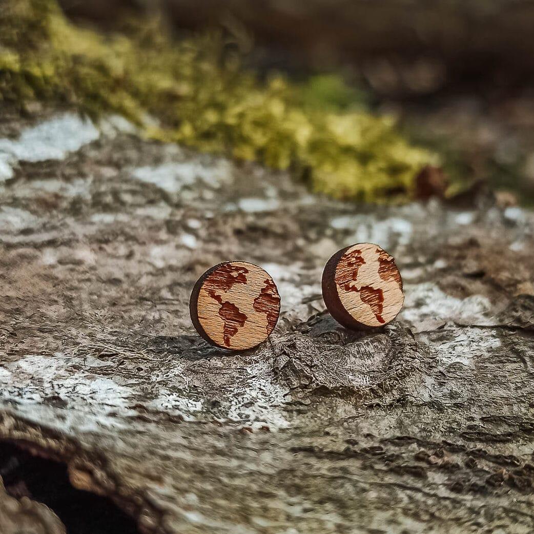 Clous d'oreilles en bois en forme de planète Terre