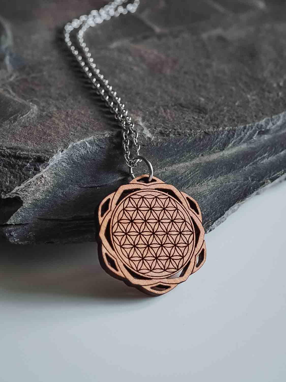 Collier en bois avec le symbole de la fleur de vie