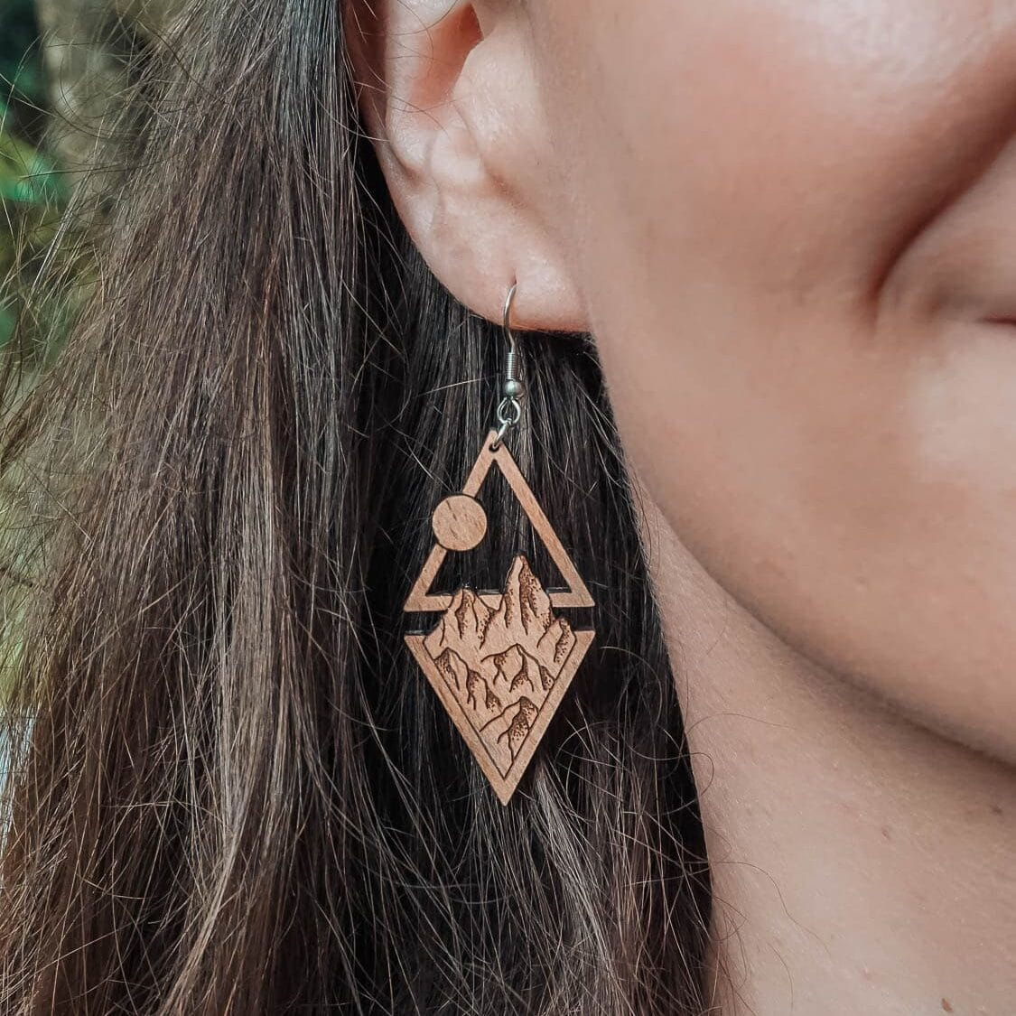 Boucles d'oreilles en bois avec montagnes, lune et soleil