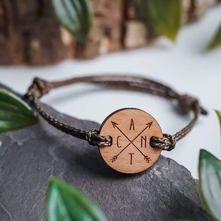 Bracelet en bois personnalisé avec croix et initiales