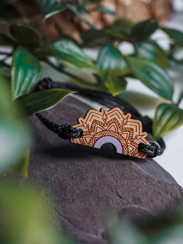 Bracelet en bois mauve pastel inspiré des mandalas