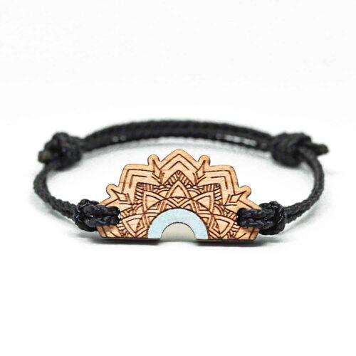 Bracelet en bois vert pastel inspiré des mandalas