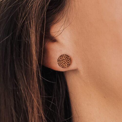 Clous d'oreilles en bois inspiré de la fleur Dalia